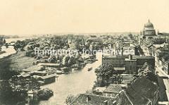 Historische Ansicht vom Havellauf und der Freundschaftsinsel in Potsdam - Bootshäuser am Inselufer; im Hintergrund die Kuppel der St. Nikolaikirche und der Templiner See.