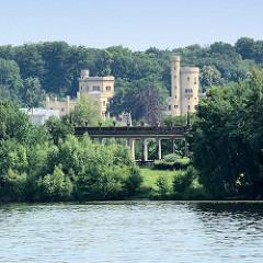 Blick über die Havel zur Glienicker Brücke in Potsdam,  dahinter das Schloss Babelsberg.