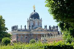 Kuppel mit Siegesgöttin - Skulpturen / Communs, Neues Palais in Potsdam.