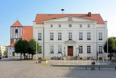 Rathaus von Wusterhausen / Dosse; lks. die