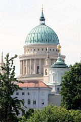 Blick über die Havel zur St. Nikolaikirche in Potsdam - fertiggestellt 1850 nach Plänen von Karl Friedrich Schinkel - im II. Weltkrieg zerstört, 1981 wieder aufgebaut / geweiht.