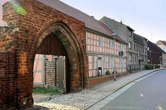 Altes Tor / Torbogen in der historischen Stadtmauer von Wusterhausen, Dossen - altes Pfarrhaus.