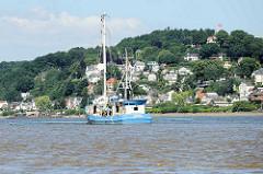 Der Finkenwerder Fischkutter  Ostetal fischt auf der Elbe vor Hamburg Blankenese.