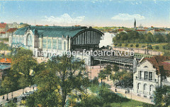 Historische Luftaufnahme vom Dammtorbahnhof - re das Dammtor Kaffee; im Hintergrund der Kirchturm der  St. Johanniskirche in Hamburg Rotherbaum.