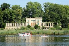 Villa am Ufer der Havel / Berlin; Sportboote auf dem Fluss.