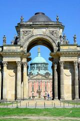 Colonnadenbogen mit Triumphtor - Communs / Neues Palais in Potsdam, erbaut 1769.