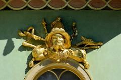 Vergoldetes Fensterdekor - chinesischer Pavillon im Park Sanssouci von Potsdam.