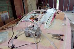 Für die Formverleimung werden die Furniere mit einer Vakuumpumpe und Folie in Form gebracht.