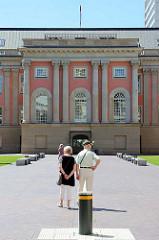 Innenhof vom Potsdamer Stadtschloss - Touristen besichtigen das Parlamentsgebäude vom Brandenburger Landtag.
