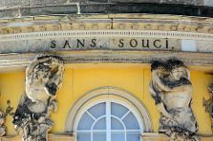 Sans Souci - ohne Sorge, Inschrift an der Fassade vom Schloss Sanssouci in Potsdam.