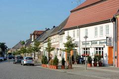 Wohnhäuser und Geschäfte - historische Fachwerkarchitektur am Markt in Wusterhausen an der Dosse - Architekturbilder von unter Denkmalschutz stehenden Gebäuden.