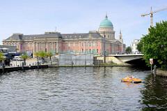 Blick über die Alte Fahrt - Schiffsanleger; Stadtschloss Potsdam - Kuppel der Niklaikirche / Tretboot.