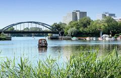 Blick über die Neustädter Havelbucht in Potsdam zur Eisenbahnbrücke.