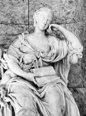 Sitzstatue der Markgräfin Wilhelmine von Bayreuth, Schwester vom preussischen König Friedrich II im Freundschaftstempel, Park Sanssouci / Potsdam.