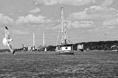 Finkenwerder Fischkutter auf der Elbe vor Hamburg Blankenese - im Hintergrund die Schornsteine vom Heizkraftwerk Wedel.