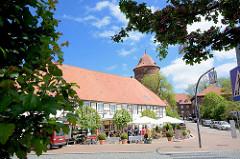 Strassencafé vor historischer Kulisse in Dannenberg - Waldemarturm.