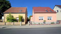 Zwei Wohnhäuser in gleicher Bauform, unterschiedliche Fassadengestaltung und Vorgärten mit Zaun - Architekturfotos aus Werder / Havel