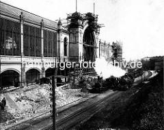 Historische Fotografie vom Bau des Dammtorbahnhofs in der Hansestadt Hamburg, ca. 1902 - im Vordergrund Züge der Hamburg-Altonaer-Verbindungsbahn - der alte 1866 gebaute Bahnhof ist im Hintergrund zu erkennen.
