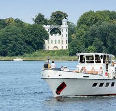 Ausflugsschiff auf dem Wannsee, Blick auf das Schloss Pfaueninsel - Lustschloss, fertiggestellt 1797.