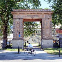 Das Potsdamer Triumphtor wurde 1851 unter König Friedrich Wilhelm IV. errichtet - im Hintergrund der Winzerberg.