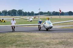 Feierabend - die Segelflugzeuge werden zur Flugzeughalle geschoben.