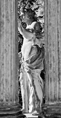 Skulptur zwischen kannelierten Säulen - Park von Sanssouci, Potsdam.