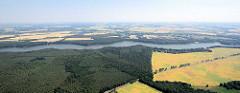 Bewaldete Ufer der Kyritzer Seenkette - Landstrasse mit Bäumen, Felder.