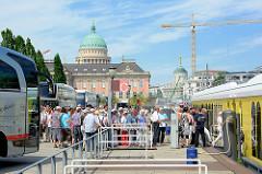 Anlegestelle für Touristenboote, Rundfahrten mit dem Ausflugsschiff in Potsdam über die Havel und Seen - im Hintergrund das Stadtschloss und die Kuppel von der St. Nikolai Kirche.
