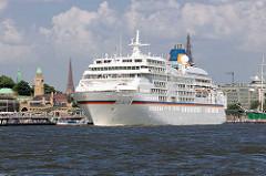 Das Kreuzfahrtschiff EUROPA läuft aus dem Hamburger Hafen aus - das Passagierschiff fährt Höhe St. Pauli Landungsbrücken.