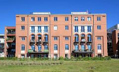 Zu Wohnungen umgebaute Industriearchitektur am Ufer der Havel, Templiner See in Potsdam.