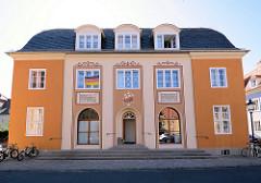 Restauriertes Gebäude / ehem. Kaufhaus in der Siedlung Stadtheide in Potsdam. Die denkmalgeschützen Wohnhäuser wurde 1923 fertiggestellt.