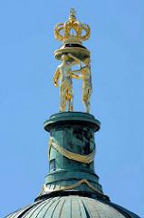 Kuppel vom Neuen Palais im Park Sanssouci in Potsdam -  drei Grazien tragen auf einem Kissen die Königskrone.