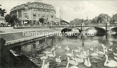 Historische Ansicht von der Kaiser Wilhelm Brücke / Lange Brücke über die Havel in Potsdam; Schwäne auf dem Wasser - Palasthotel beim Alten Markt, erbaut 1898 mit eigener Anlegestelle für Dampfer und Motorboote; es war mit 110 Betten das größte Ho