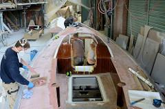 Innenausbau und Feinarbeiten am Deck des Segelschiffs.