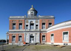 Seitenansicht des Marmorpalais im Neuen Garten von Potsdam - Teil des Potsdamer UNESCO Weltkulturerbe. Das Palais wurde ließ Friedrich Wilhelm II 1793 im Stil des Frühklassizismus errichten - Architekten Carl von Gontard u. Carl Gotthard Langhans.