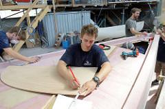 Vorbereitung von Holzteilen für den Innenausbau.