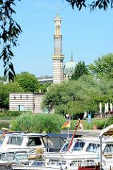 """Marina, Sportboote am Ufer der Neustädter Havelbucht - im Hintergrund der Schornstein / das """"Minarett"""" vom historischen Pumpenhaus."""