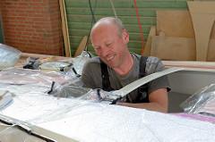 Für die Formverleimung werden die Furniere mit einer Vakuumpumpe und Folie in Form gebracht - abdichten der Folie an dem Werkstück.