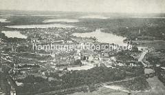Historische Luftansicht von Potsdam - Blick auf die Stadt, Lauf der Havel und die umliegenden Seen.