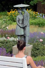 Bronzeskulptur Liebespaar und dem Schirm zwischen Lavendel auf der Freundschaftsinsel - Jürgen von Woyski, 1962.