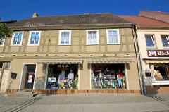 Historische Architektur - Wohnhaus mit Ladengeschäft mit Textilien und Geschenkartikeln.