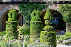Gartenanlage vom Cecilienschloss in Potsdam - in Form geschnittener Buchsbaum