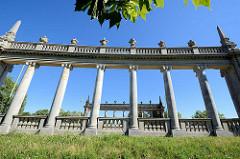 Historische Kolonnaden an der Glienicker Brücke auf der Potsdamer Seite - neu-barocken Sandsteinsäulen.