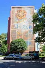 Wandmosaik am Wohnhochhaus in der Zeppelinstrasse von Potsdam - Adam und Eva, Peter Rohn 1981; grossformatiges Mosaik