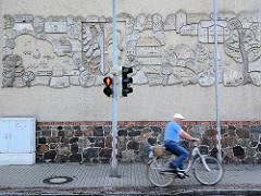 Relief, Fassadendekor zeigt das Wappen und Gebäude der Stadt Wusterhause.