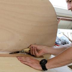 Werkstattarbeiten für den Innenausbau des Daysailors - mit einem Beitel werden Leimreste einer Leiste aufgenommen.