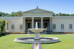 Schloss Charlottenhof im Park Sanssuci / Potsdam - Haupteingang mit Säulen, Rasen - Springbrunnen.