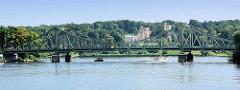 Blick über die Havel zur Glienicker Brücke in Potsdam - dahinter das Schloss Babelsberg.