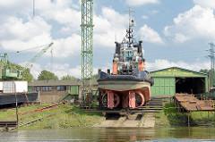 Der Schlepper Twister liegt auf der Werft im Reiherstieg in Hamburg Wilhelmsburg - der Schlepper hat eine Länge von 24,70 m und eine Leistung von 1900 PS; am Heck sind die beiden Festpropeller in der Kortdüse zu erkennen.