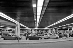 Parkplätze und unterirdischer Eingang zum Hotel Radisson Blu, Marseiller Strasse Stadtteil Hamburg St. Pauli.